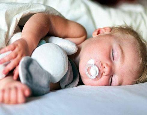 هل يجوز تنويم الطفل بالهزّ؟
