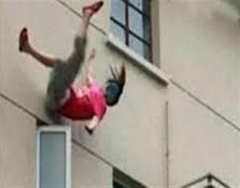 ضبطها زوجها بين احضان رجل فالقت بنفسها من الطابق الثالث!!
