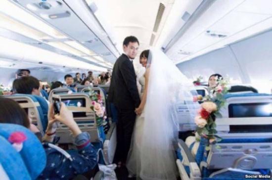«شاهد» بعد أن ربحا مسابقة نظمتها شركة طيران .. زواج استثنائي على ارتفاع 35 ألف قدم!