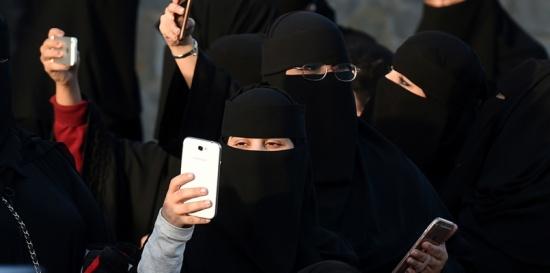 """سجال واسع في السعودية بسبب قانونية تفتيش محادثات """"واتس آب"""""""