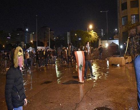 الجيش اللبناني يبعد محتجين عن مبنى سرايا طرابلس .. بالفيديو