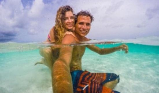 """بالصور.. شاب يقدم جائزة 5 أشهر """"مجانية"""" على شواطئ الكاريبي.. والمقابل غير متوقع"""