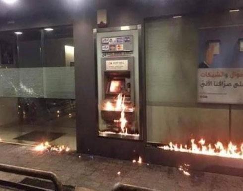 """بالفيديو : مجهولون يشعلون النار في مصرف لبناني وسط أزمة سيولة """"الدولار"""""""