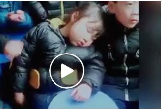 رد فعل طفل حاول آخر إيقاظ صديقته (فيديو)