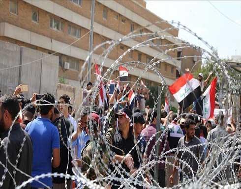عراقيون يتظاهرون في النجف للمطالبة باستقالة المحافظ .. بالفيديو