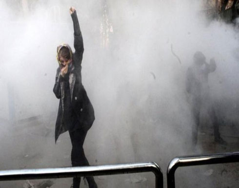 إيران تحكم بالسجن على 24 متظاهرا بينهم فتاتان
