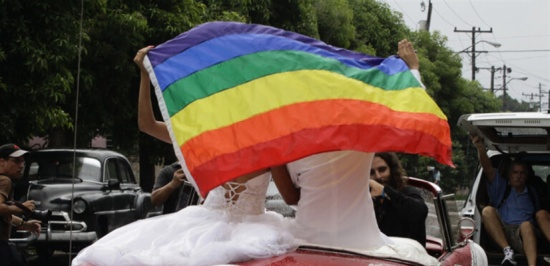 بعد سنوات من الانتظار.. رجلان متحولان جنسيا يتمكنان من الزواج (فيديو)