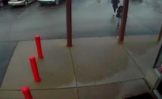 لحظة اعتداء ثلاثة فتيات على موظفين بمتجر لسرقته (فيديو)