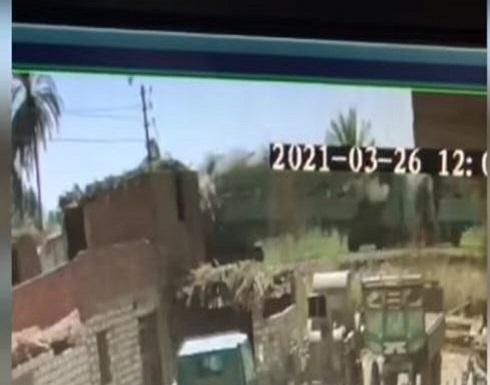 لحظة اصطدام قطاري صعيد مصر .. بالفيديو