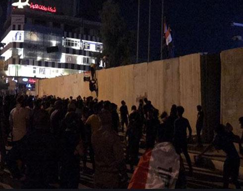 شاهد : مئات المتظاهرين يحاصرون القنصلية الإيرانية في العراق