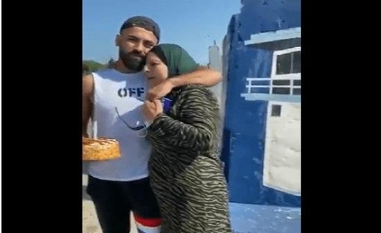 """فلسطين.. """"شاهد"""" ماذا فعلت هذه الأم المكلومة أمام سجن إسرائيلي لحظة وداع نجلها!"""