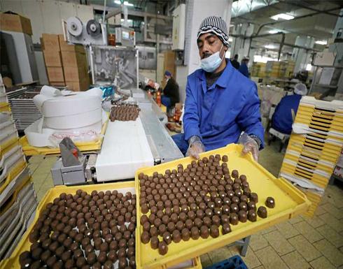 المصريون يتجهون إلى شراء المنتجات المحلية مع هبوط الجنيه