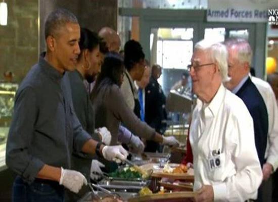 بالفيديو: اوباما يقدم الطعام للأمريكيين