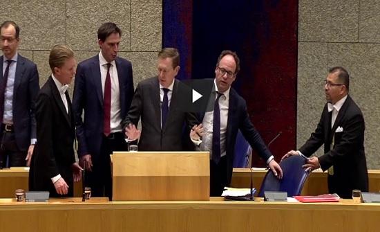 """فيديو  لحظة سقوط وزير الصحة الهولندي عند مناقشة أزمة """"كورونا"""""""