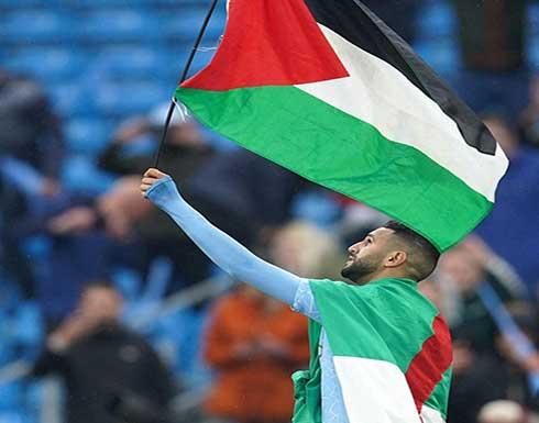 شاهد.. محرز يحتفل بلقب الدوري الإنجليزي برفع علم فلسطين