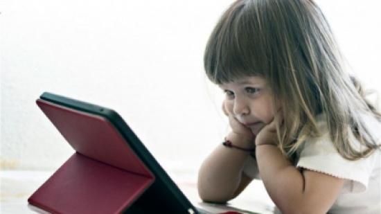طفلة تشاهد فيلماً إباحياً... ووالدتها إلى جانبها !