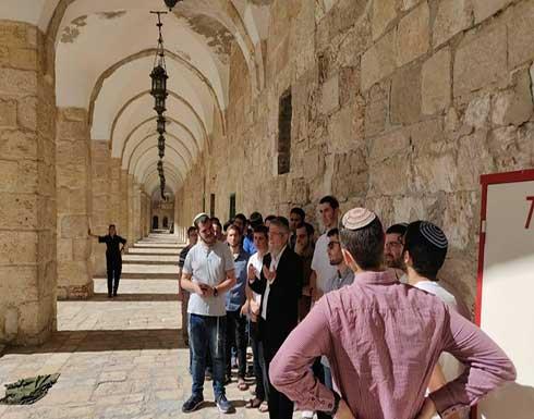 عشرات المستوطنين يقتحمون باحات الأقصى بحماية الاحتلال .. بالفيديو