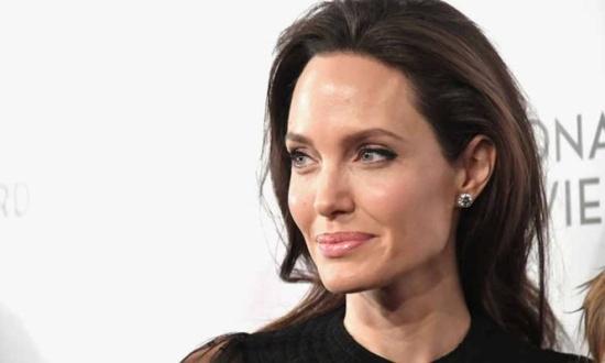 فنانة مصرية تشبه نفسها بإنجلينا جولي .. من هي؟ وكيف سخر منها الجمهور؟