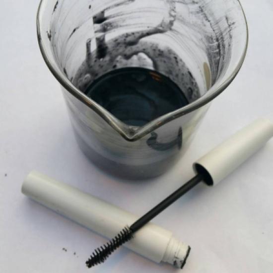 فرشاة أسنان وظلال عيون وفازلين... هكذا يمكنك صنع الماسكارا بنفسك