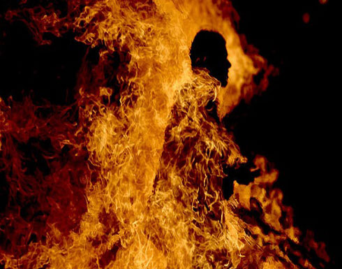 بالفيديو .. عاجل : شاب يحرق نفسه في إربد وحالته خطيرة