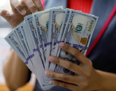 الدولار يسجل أكبر مكسب أسبوعي في شهر مع هبوط أسعار النفط