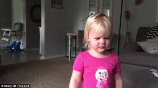 بالفيديو والصور.. طفلة تجسد أقوى معاني الحب لشقيقتها الرضيعة