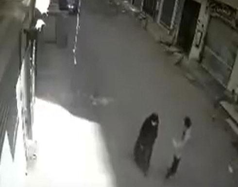 بالفيديو : جريمة مروّعة... شاب يقتل أمّه طعناً في الشارع!