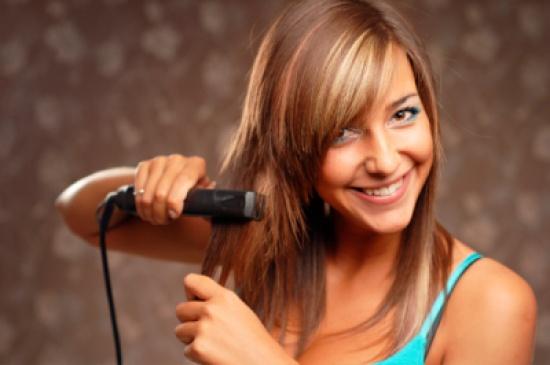 5 أخطاء عليك تجنبها أثناء إستعمال مكواة الشعر..