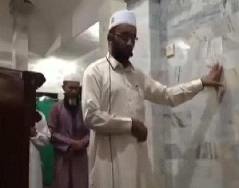 بالفيديو : امام اندونيسي يكمل صلاته رغم وقوع زلزال عنيف