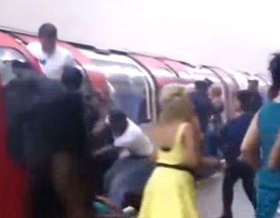 شاهد.. صرخات وهلع وتدافع ركاب مترو لندن بعد الانفجار
