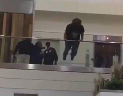 فيديو مرعب لمحاولة انتحار مسافر في مطار أميركي