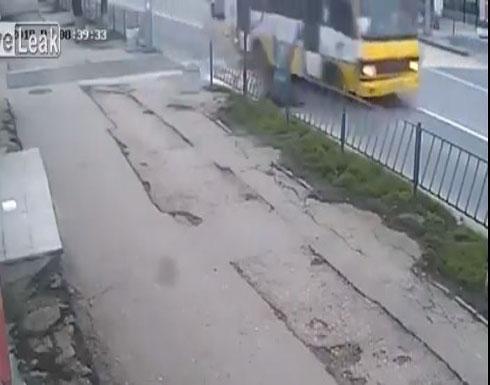 حادث مروع لشاب أثناء عبوره الطريق (فيديو)