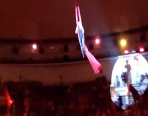 لحظة سقوط لاعبة سيرك من ارتفاع كبير (فيديو)