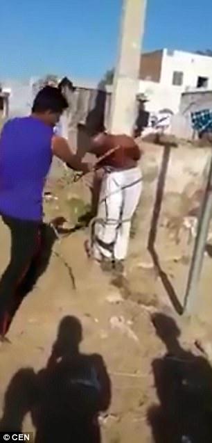 بالفيديو.. جلد رجل حاول اغتصاب فتاة عمرها 10 سنوات