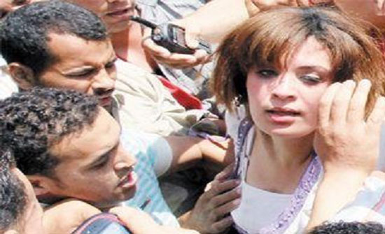 بالفيديو.. اغتصاب فتاة بميدان التحرير من قبل 50 شخصًا