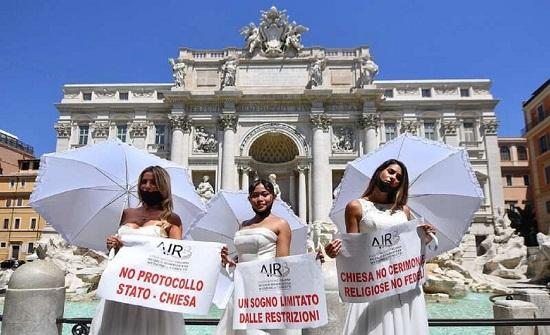 ايطاليا : عرائس تتظاهرن بفساتين الزفاف - فيديو