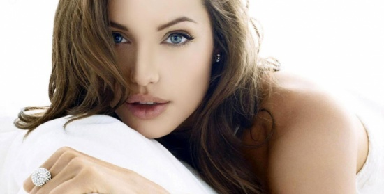بعد طلاقها..أنجلينا جولي تشارك نجما شهيرا غرفة نومها
