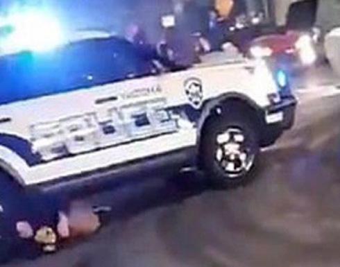 شاهد: سيارة شرطة امريكية تخترق حشدا من المواطنين وتدهس عددا منهم