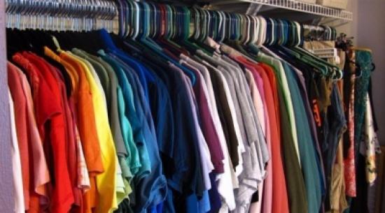 9 أفكار مميزة لتنظيم الملابس في الخزانة