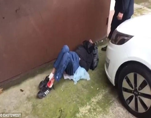 مشهد مأساوي لممرضات يلقين مريضا في الشارع.. فيديو