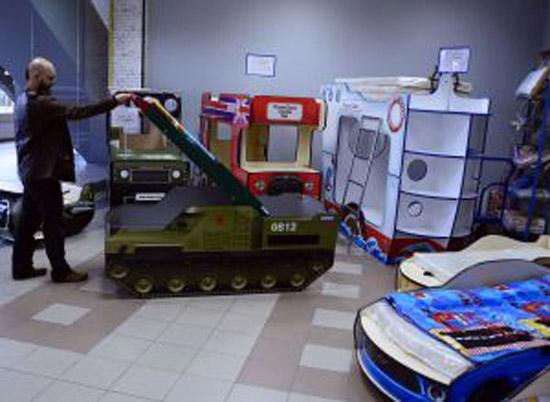 سرير أطفال على شكل قاذفة صواريخ يثير الغضب في روسيا.. ما علاقته بالسياسة؟