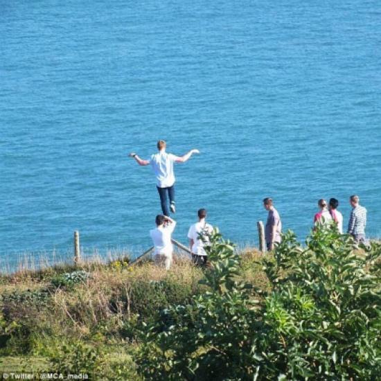 بالصور.. شاب يقف على قدم واحدة أعلى 85 مترا