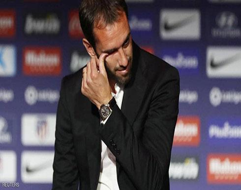 قائد أتليتيكو مدريد يعلن الرحيل ويغالب الدموع