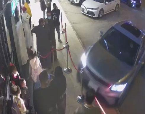 في دولة عربية : امرأة تفقد السيطرة على السيارة وتدهس عائلة .. بالفيديو