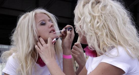 خبيرة مكياج تستخدم قدمها في تزيين وجوه النساء (فيديو)