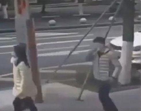 شاهد: فيديو صادم لمصابي فيروس كورونا يتعمدون نشر العدوى بطريقة مقززة