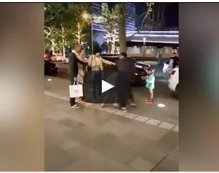 بالفيديو.. رجل يضرب زوجته أمام ابنته في الشارع