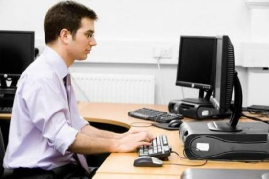 للموظفين: لا تردوا على رسائلكم أثناء العمل.. وإلاَّ!
