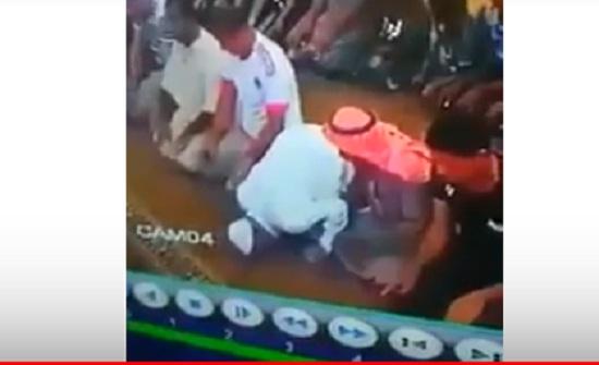 بالفيديو :  مصل يتوفى وهو ساجد داخل مسجد في الاردن
