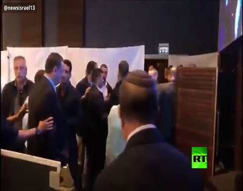 شاهد : لحظة هروب رئيس وزراء إسرائيل بنيامين نتنياهو من قاعة في أسدود حين دوت صافرات الإنذار